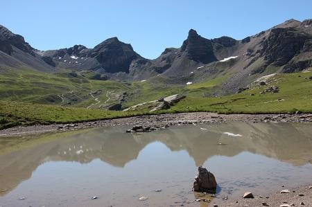 Depuis le lac de Combe Laugier, vue sur les sommets ruiniformes du secteur de Pelouse