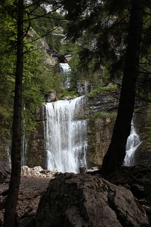 La grande cascade. Au fond, on distingue la cascade supérieure et la grotte des sources du Guiers