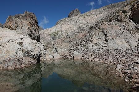 De l'autre côté, le petit lac est dominé par la Cime de la Malédie